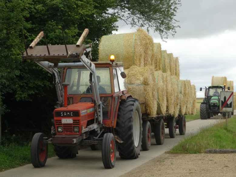 Travaux_des_champs_2_tracteurs3_Walhain_St_Paul_et_Nil_St_Vincent_2015-07-14.jpg