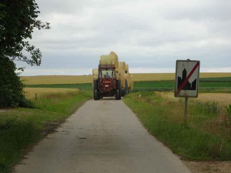Travaux_des_champs_tracteur_Walhain_St_Paul_et_Nil_St_Vincent_2015-07-14.jpg